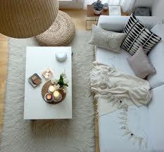 Ένα μαζεμένο και καθαρό σαλόνι σε κάτοψη