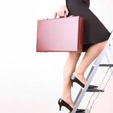 Γυναίκα με την τσάντα της ανεβαίνει μια σκάλα