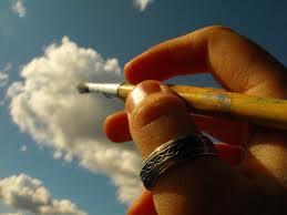 Ένα χέρι που ζωγραφίζει ένα σύννεφο