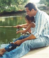 Ένας πατέρας που ψαρεύει με την κόρη του