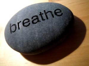 Ανάπνευσε γραμμένο πάνω σε πέτρα