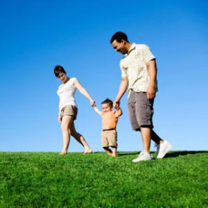 Γονείς με το παιδί τους στη εξοχή