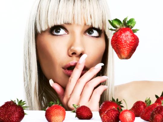 Γυναίκα με φράουλες